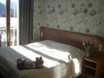 chambre avec balcon vue sur le lac grand lit