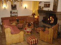 Le salon et son coin cheminée